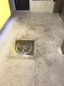 רצפת שיש מוכתמת