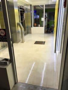 רצפת שיש לאחר קרצוף והברקה קריסטלית