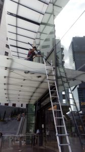 ניקוי חלון בגובה באמצעות סולם